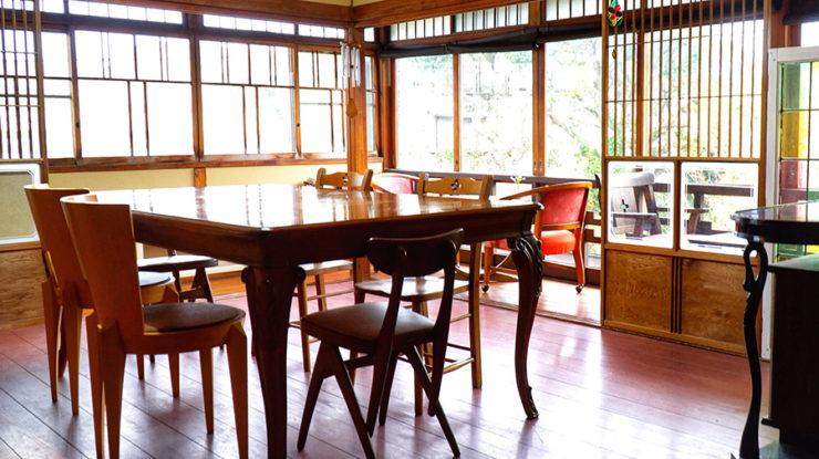 """""""くるくる""""の2階にもレトロで落ち着く個室が。ここから眺めるガーデンと江ノ電の屋根も特別な景色"""