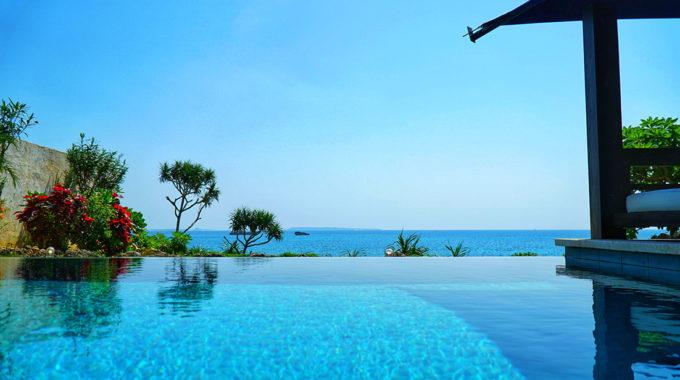 各部屋には珊瑚礁の海、そして抜けるような青空と溶け合うようなインフィニティプールが