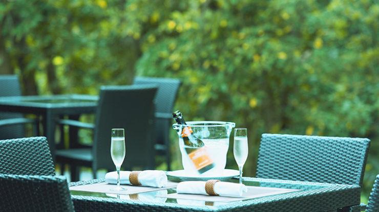 レストランの外のテラスでドリンクやデザートを楽しむ演出など貸切ならではの時間をお過ごしください
