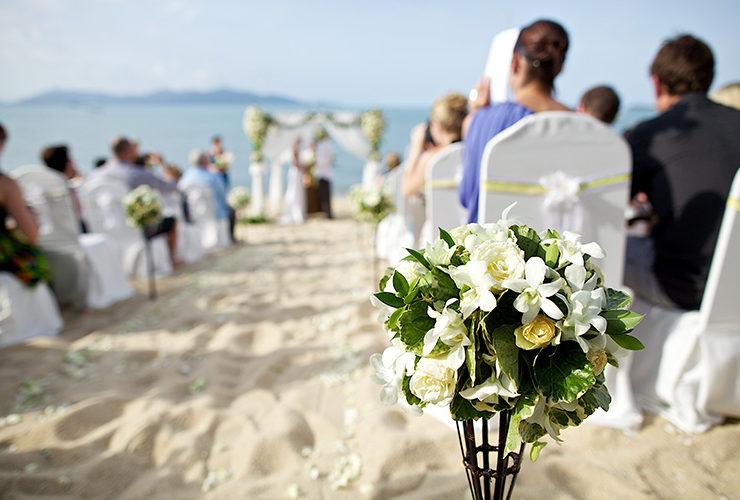 招かれたゲストにとってもビーチセレモニーは感動的な思い出に。広い空に歓声が響きます
