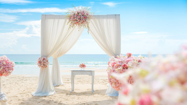 レジデンスからすぐの場所には有名な「渡口の浜」があり、そこでのビーチ挙式もおすすめ(イメージ)