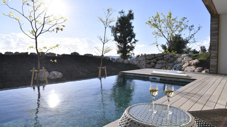 プールサイドで夕日を眺めながらシャンパンを愉しむ。この語らいの時間が忘れられえない思い出に