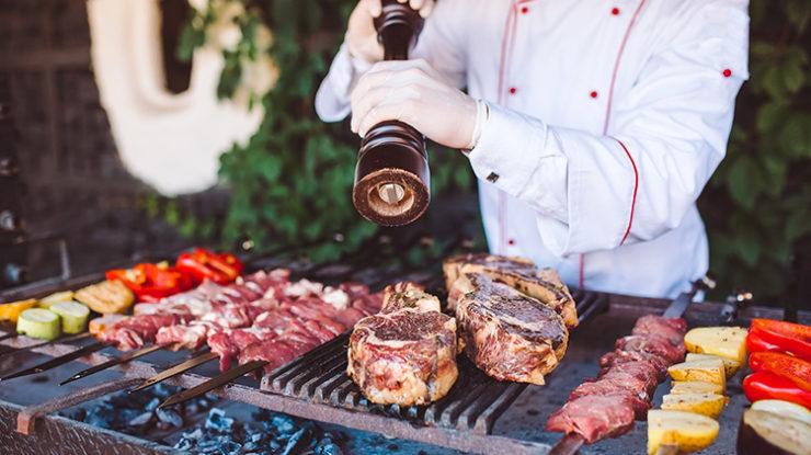 ガーデンにテーブルを並べての正餐のほか、沖縄の食材を使ったBBQパーティも素敵(イメージ)