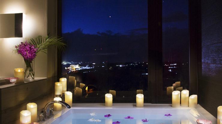 メイン棟のバスルーム。ここから眺める海や夜景の美しさもゲストへの素敵なおもてなしに