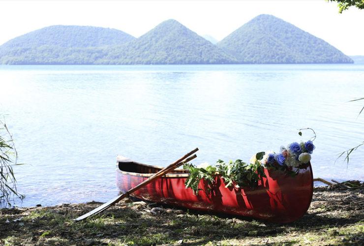 約11万年前の巨大な噴火によって生まれた洞爺湖の湖畔。大自然が織りなす絶景をバックに写真撮影を