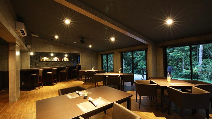 大きな窓からやんばるの緑を楽しめるレストランスペースで、ゆったりと過ごすパーティを
