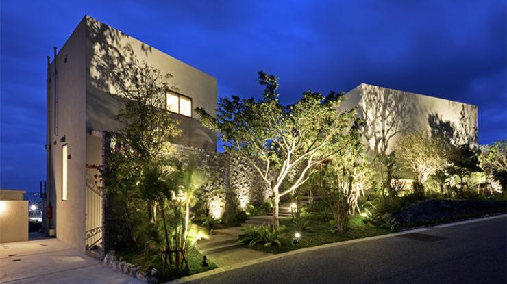 森を抜け空が開けた瞬間に現れる白亜の邸宅。扉を開ける前から胸が高鳴る。そんなデザインも魅力です