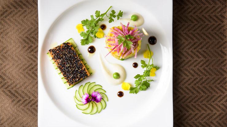 沖縄のエッセンスを洋の一皿に仕上げる自慢の料理。アレルギー対応や食材の相談にも対応してくれます