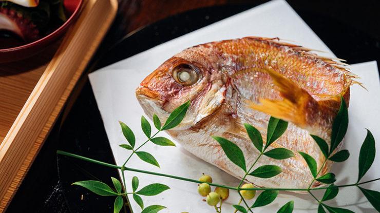 確かな技術でほっくりと焼き上げられる尾頭付きの鯛など、婚礼らしい料理に舌鼓を