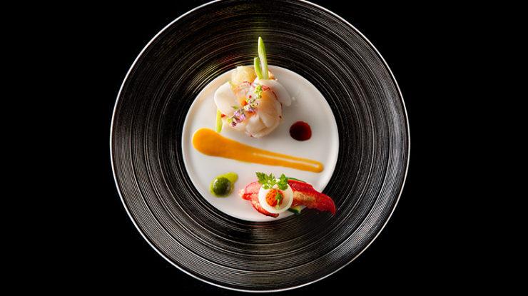 沖縄の食材を生かした本格的なフレンチを堪能してください。美しい一皿がゲストをおもてなしします