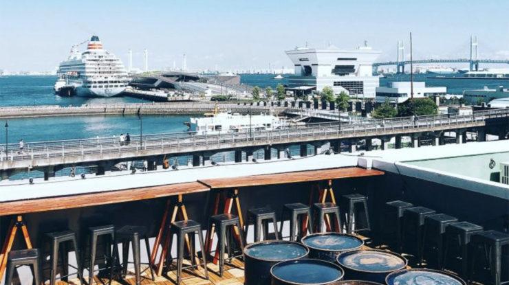 左手にはみなとみらい、右手にはレインボーブリッジが。船が行きかう港を眺めながらの挙式は格別