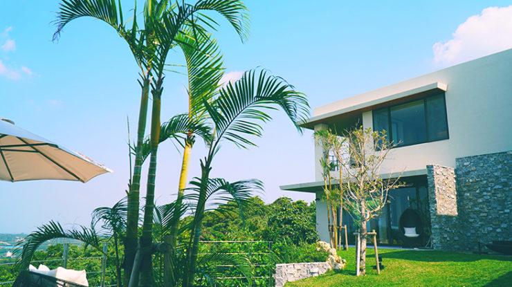 2つの棟の中心にはグリーンが鮮やかな広々としたガーデン。挙式や屋外演出など使い方は自由自在