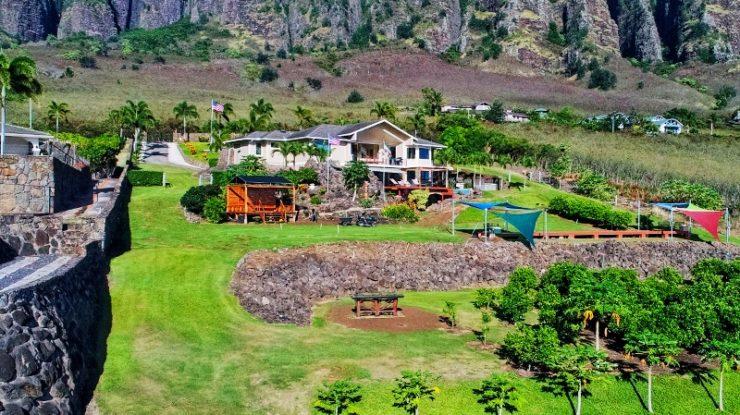 マカハバレーの小高い丘の上に広々とした農場を有するセレブリティの別荘がふたりのステージ