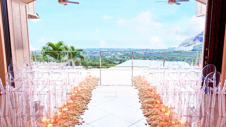 マカハビートを高台から一望するテラスで大切な人に見守られながらの挙式。心地よい風が吹き抜けます