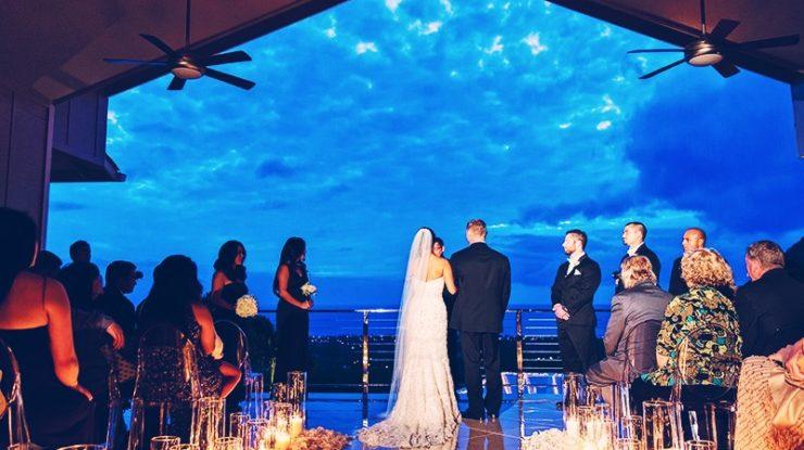サンセットの時間の挙式なら、キャンドルのきらめきと薄暮の空が一段とロマンチックな時間を演出します