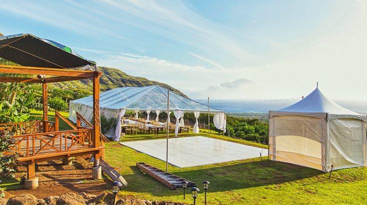 緑のガーデンで叶えるテントウェディング。開放的な雰囲気で贅沢なひと時をすごせます