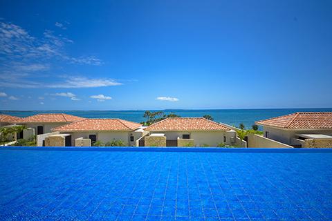 ヴィラからはどこを見渡しても美しいブルーの世界。この景色を独り占めできるのも大きな魅力
