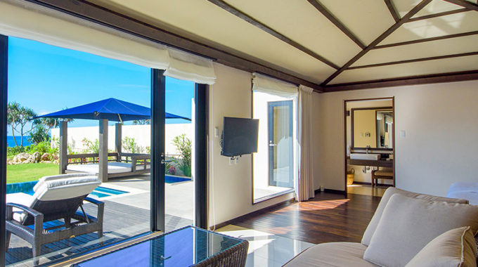 広々として明るい客室。その窓からは目の前に伊良部島の美しい海と空が広がる