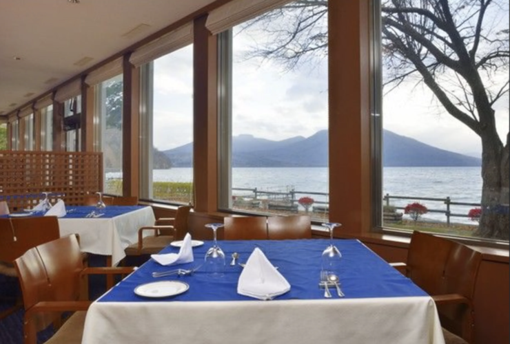 大開口のレストランからは、支笏湖の雄大な景色。それままるで遊覧船に乗っているような感覚に