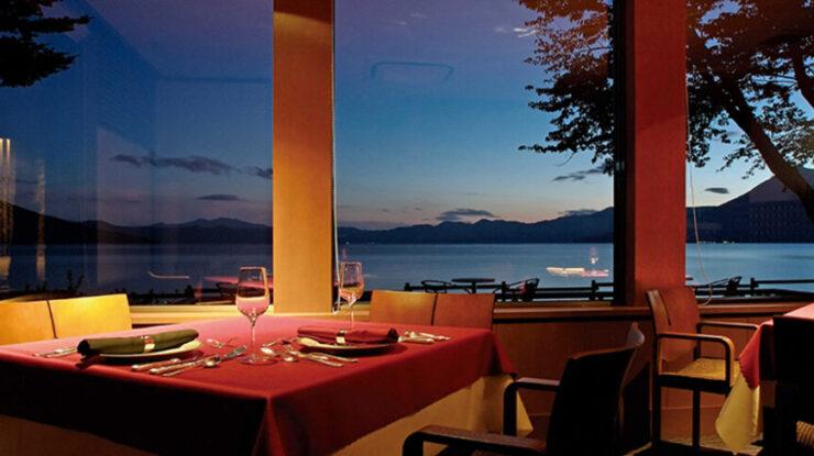 青から紺碧へ。移りゆく景色をレストランやウッドデッキから眺めて過ぎゆく時間を味わう一日