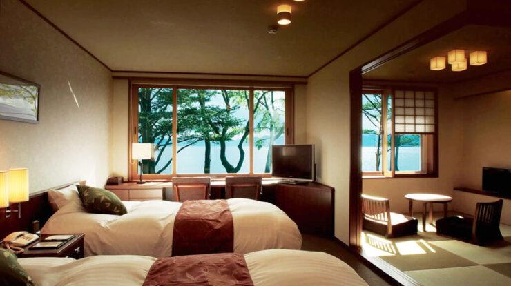 広大な敷地にわずか8室のプライベートホテル。部屋からは美しい洞爺湖の眺めを愉しめる