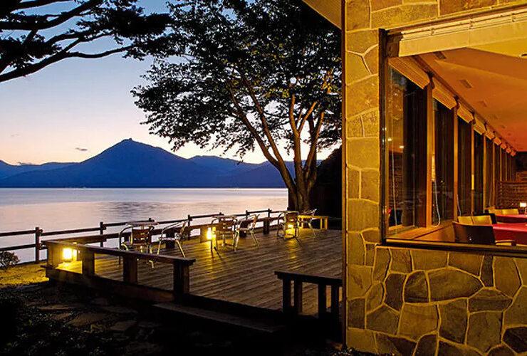 札幌にほど近い場所でも国立公園に指定された湖が。湖畔に建つクラシックホテルを貸切りで