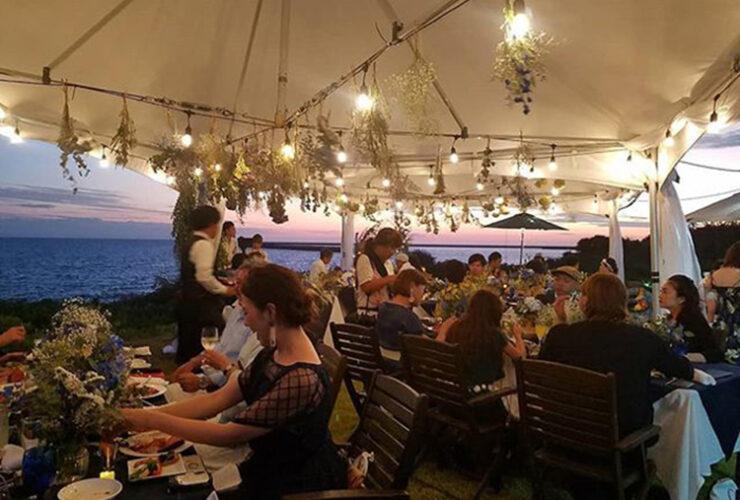 沖縄の離島。世界有数の美しい海の目の前の芝生にテントを張って過ごすパーティが実現します
